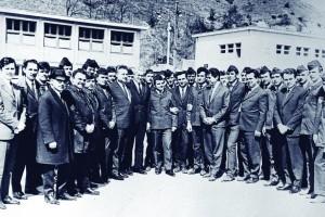 Ion Iliescu in anul 1968, inconjurat de un grup de brigadieri
