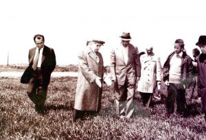 """Iliescu impreuna cu N. Ceausescu intr-o """"vizita de lucru"""" in agricultura, in 1974"""