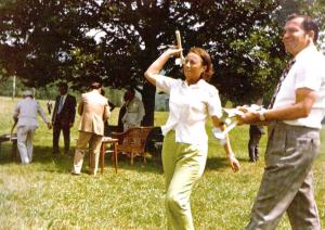 Elena Ceausescu si Ion Iliescu relaxandu-se intr-o vacanta in Moldova, in anul 1976