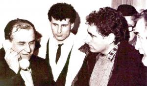 Ion Iliescu, sub privirile lui Mihai Ispas si Petre Roman, vorbeste la telefon din sediul CC