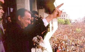 Ion Iliescu, aflat in campanie electorala, se adreseaza locuitorilor din Craiova adunati in Piata Centrala (3 mai 1990)