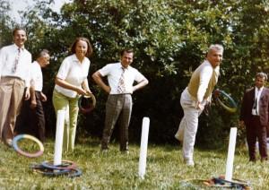 Sotii Ceausescu, sub atenta supraveghere a lui Ion Iliescu, concureaza la aruncatul cercurilor la punct fix (in 1976)