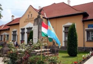 """""""drapelul secuilor"""" si cel al Ungarie arborate la Primaria comunei Cozmeni, nici urma de Drapelul National al Statului"""