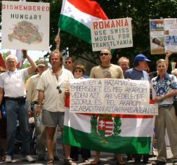 Mars al maghiarilor impotriva Tratatului de la Trianon. Uitati domnilor ca actualele granite ale Romaniei si Ungariei au fost impunse in urma Tratatului de Pace de la Paris din 1947 si au fost garantate de Marile Puteri ale Lumii