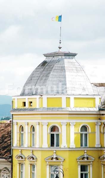Drapelul Romaniei arborat pe sediul Primariei orasului Sfantu Gheorghe